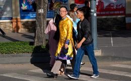 Sài Gòn ngày Tết: Mày râu xúng xính áo dài