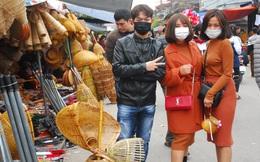 Du khách đeo khẩu trang kín mít đi chợ Viềng Nam Định