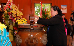 Phó Chủ tịch Thường trực Quốc hội Tòng Thị Phóng dâng hương tại Khu Di tích Kim Liên