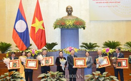 Trao Huân, Huy chương của Nhà nước Lào cho 12 tập thể, 52 cá nhân của Quốc hội Việt Nam
