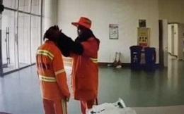 Hai vợ chồng lao công động viên nhau vượt qua dịch bệnh giữa trời đông buốt lạnh