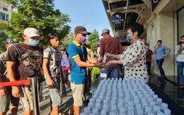 Việt Hương tặng 5.000 chai dung dịch rửa tay khô cho người dân phòng dịch