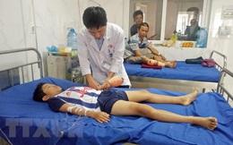 Đắk Lắk: Bé trai bị dập nát tay do dùng điện thoại đang sạc pin