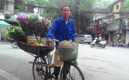 Những người đàn ông bán hoa rong trên phố Hà Nội