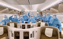 Tiếp viên Vietnam Airlines mặc trang phục như bác sĩ để chống Covid-19