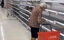 Cụ bà Australia bật khóc trước kệ siêu thị trống trơn