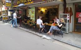 """Sau """"lệnh đóng cửa"""", nhiều quán cà phê ở Hà Nội vẫn tấp nập khách"""