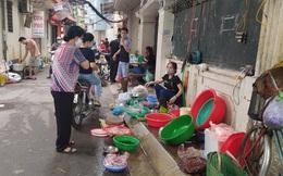 """Bất chấp lệnh cấm tụ tập, """"chợ cóc"""" ở Hà Nội vẫn nườm nượp kẻ bán - người mua"""