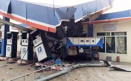 Lai Châu: Ô tô mất lái tông sập cây xăng, 5 người thương vong