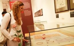 Phó Đại sứ Israel mặc áo dài thăm Bảo tàng Phụ nữ Việt Nam