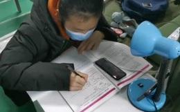 Đang điều trị vì nhiễm Covid-19, nữ sinh lớp 9 vẫn không rời sách vở
