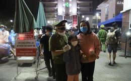 Rơi nước mắt cuộc hội ngộ gia đình sau đêm lịch sử ở BV Bạch Mai