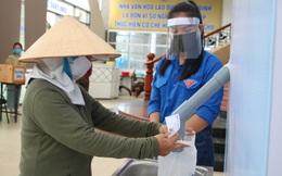 """2 kg gạo + 5 quả trứng gà ở cây """"ATM gạo"""" đầu tiên tại Bình Định khiến dân nghèo ấm lòng"""