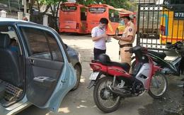 Bất chấp lệnh cấm, 2 tài xế ở Nghệ An dùng ô tô cá nhân để chở khách