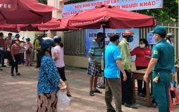 Nha Trang phát gạo cho người nghèo ở trường học