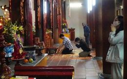 Vẫn có đền chùa ở Hà Nội mở cửa, nhiều người đến lễ không đeo khẩu trang, đứng gần nhau