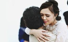 Lần đầu tiên con gái ôm mẹ kế và bật khóc