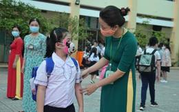 Nhiều học sinh lớp 1 háo hức trở lại trường như đón khai giảng