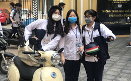 """Hà Nội: Tan trường, học sinh """"túm 5 tụm 3"""" ngoài cổng"""