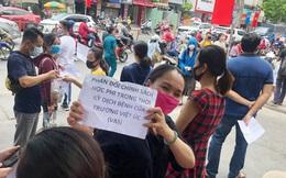 """Phụ huynh vẫn """"rồng rắn"""" kéo đến trường Việt Úc phản đối thu học phí mùa dịch"""