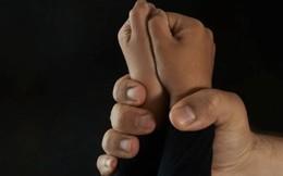Mẹ chết lặng khi thấy gã hàng xóm xâm hại tình dục con gái tại nhà