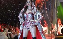 Hoa hậu Phạm Hương trình diễn trên sân khấu đầy lửa trong show thời trang Đỗ Long