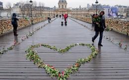"""Đấu giá """"khóa tình yêu"""" ở Paris giúp người tị nạn"""