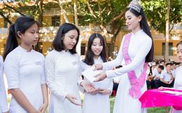 Hoa hậu Trần Tiểu Vy trích tiền thưởng tặng 20 suất học bổng khi về thăm trường cũ