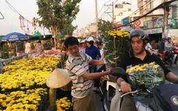 Tấp nập chợ Tết ven sông