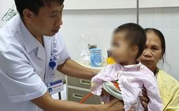 Uống nhầm dầu hỏa, bé 20 tháng tuổi bị viêm phổi