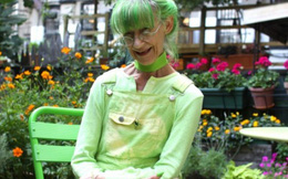 Nữ họa sĩ thích nhuộm xanh lá cây mọi thứ