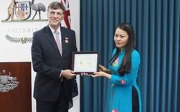 Chủ tịch Hội trao kỷ niệm chương cho Đại sứ Australia
