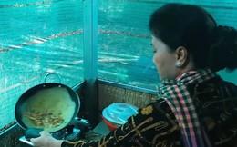 Chủ tịch Quốc hội Nguyễn Thị Kim Ngân tự tay đổ bánh xèo tại Thuận Tân hội quán
