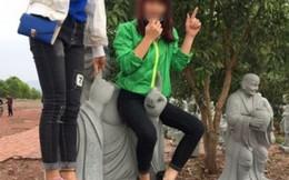 Phẫn nộ với thiếu nữ trèo tượng Phật chụp ảnh