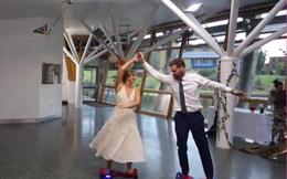 Cô dâu chú rể lướt ván bay điệu nghệ trong đám cưới
