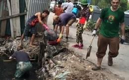 3 chàng Tây lội cống vớt rác giữa Thủ đô