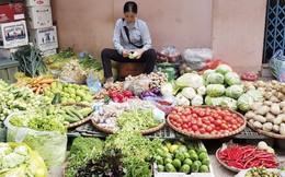 Thị trường 30 Tết: Rau, trái cây, hoa tươi bạt ngàn, giá rẻ hơn ngày thường