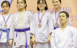Hàng trăm em nhỏ luyện võ cùng nhà vô địch Thế giới người Nhật Bản