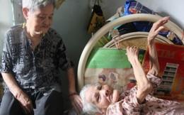 Xúc động cụ bà 85 tuổi cần mẫn chăm chị tâm thần