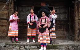 Trung Quốc: Các cô gái trẻ đội mũ 'khủng' làm từ tóc của tổ tiên