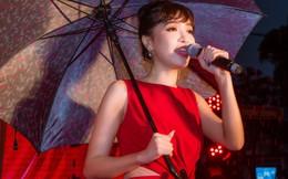 Bích Phương cầm ô hát 'Bùa yêu' trong mưa ở Phú Thọ
