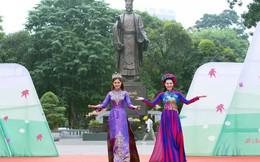 Miss Photo Vũ Hương Giang trình diễn áo dài cùng diễn viên Thanh Hương của 'Quỳnh búp bê'