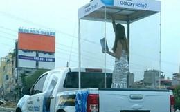 Xe bán tải 'nhốt' cô gái trong lồng kính diễu phố