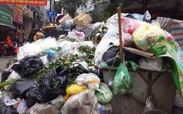 Công nhân vệ sinh căng mình 'giải phóng' lượng rác khủng ứ đọng trong nội đô