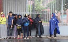TPHCM: Phụ huynh 'đội' mưa đợi con làm thủ tục thi THPT Quốc gia