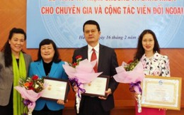 Trao kỷ niệm chương Vì sự phát triển của PNVN