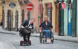 Tình yêu lãng mạn của cặp đôi ngồi xe lăn khiến khán giả xúc động