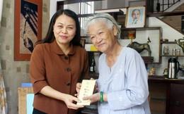 Chủ tịch Hội LHPNVN thăm, tặng quà nữ họa sĩ vẽ gần 2.000 chân dung Mẹ VNAH