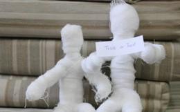 Tạo Mummy bằng bông gòn cho lễ hội Halloween
