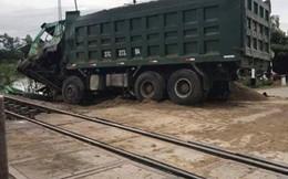Tàu hỏa tông xe tải chở cát khiến đường sắt Bắc Nam tê liệt